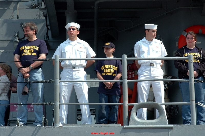US_Navy_060525-N-2197S-091_Family_members_participating_in_a_tiger_cruise_aboard_the_guided_missile-cruiser_USS_Monterey_%28CG_61%29_help_man_the_rails_along_side_Sailors_as_the_ship_returns_to_Naval_Station_Norfolk.jpg